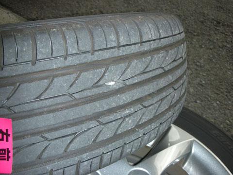 タイヤに挟まった石ころは取っておきましょう